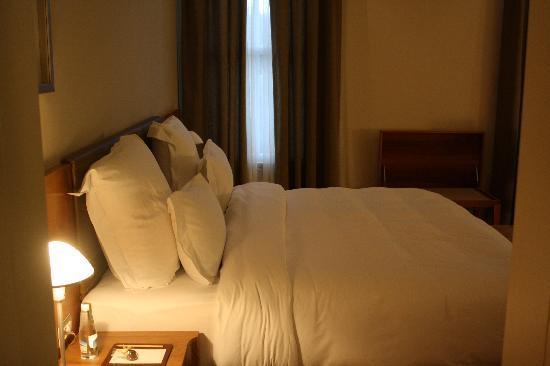 Tomtom Suites: cama desde cuarto de baño