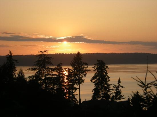 Olympic View Bed and Breakfast Cottage: Sunset