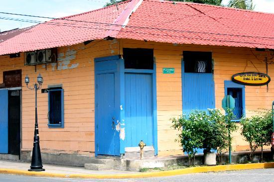 Casa Oro Eco Hostel: the front. the big blue door was our unsafe/ private entrance