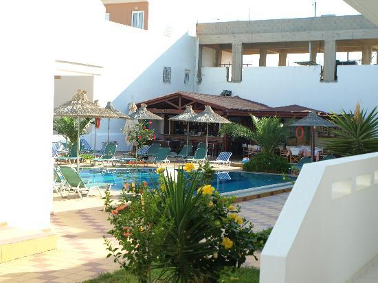 Anthoula Appartments : the pool and the bar