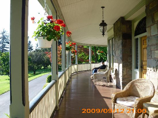 Idlwilde Inn: Front porch