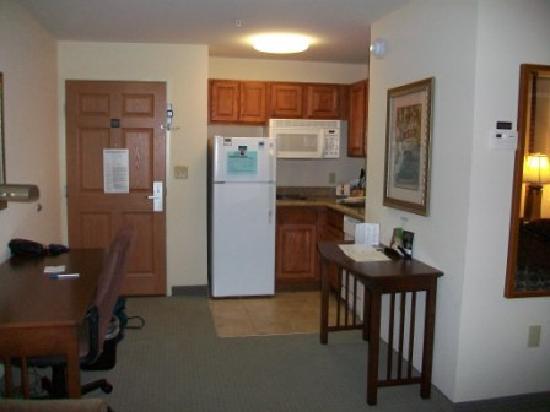 Staybridge Suites Davenport: kitchenette from sitting area