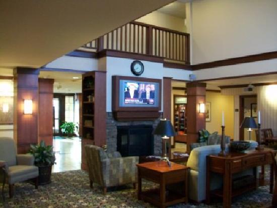 Staybridge Suites Davenport: Sitting and breakfast area near lobby