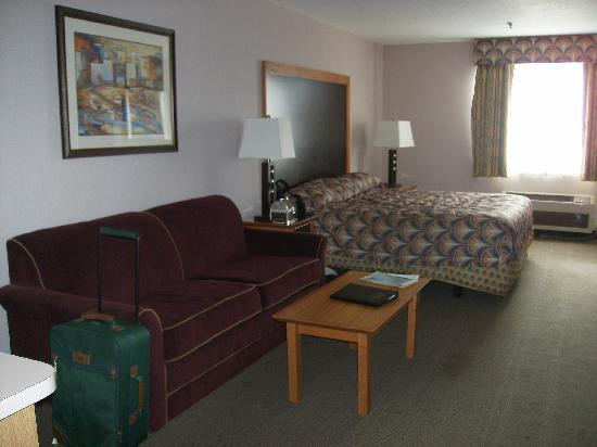 Shilo Inn Suites Seaside East: Bed & Couch