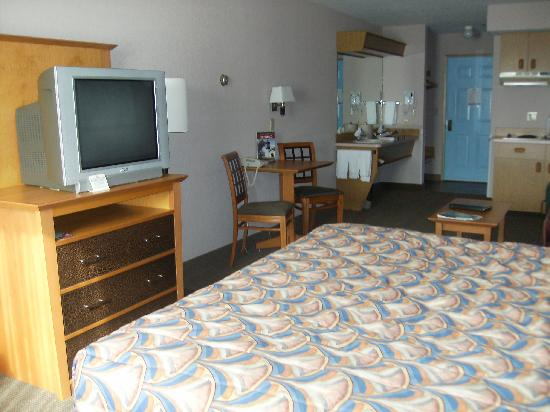 Shilo Inn Suites Seaside East: TV, & table from the bed