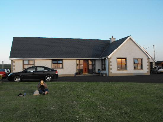 Seaview Bed and Breakfast : Long lawn in front of Seaview