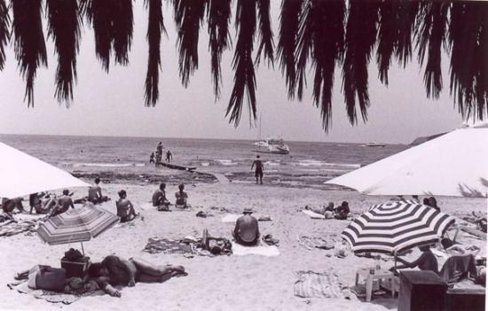 Sa Trinxa Beach Bar: Sa Trinxa - They had a dj spinning at this beach every day, it was awesome