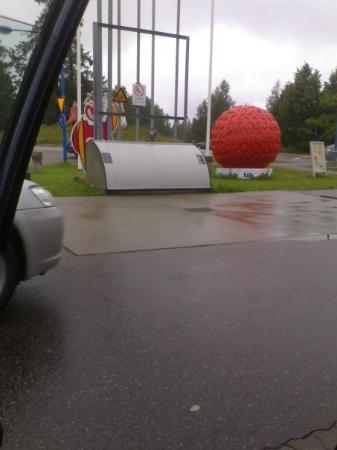 Ljusdal, Suecia: staty av bandyboll statue of a bandy ball
