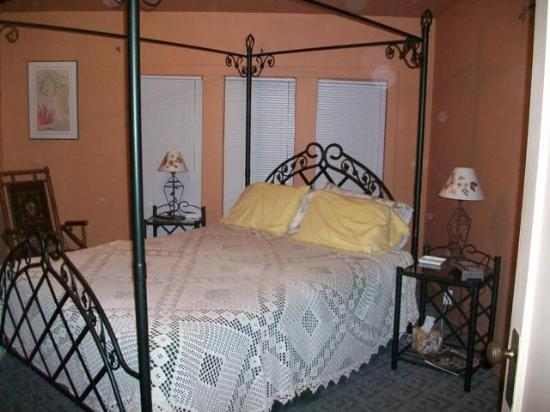 Flavia's Place Bed & Breakfast : ensuite bed