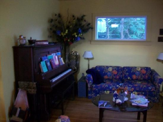 Flavia's Place Bed & Breakfast : living room (note tuba vase in corner)