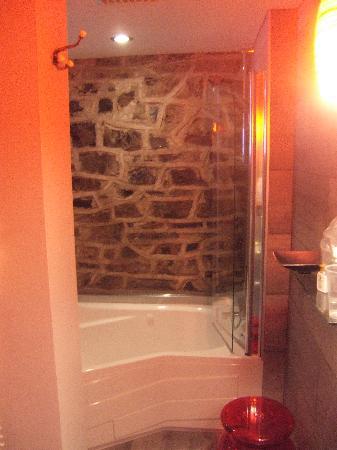 Auberge Place D'Armes: The bathroom.