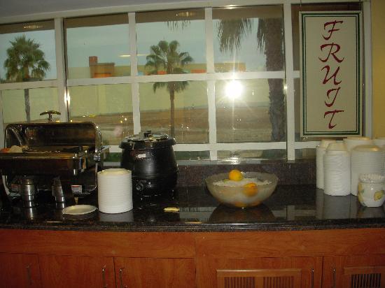"""La Quinta Inn & Suites Anaheim Disneyland: scrmbld egg """"patty"""",orange qtrs, biscuits/gravy or tortillas/cheese/salsa"""