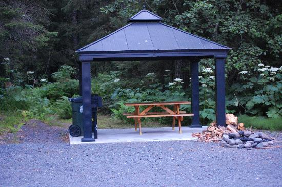 Bear Creek Cabins: Picnic area (salmon stream is in the woods behind the picnic area)