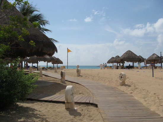 Iberostar Paraiso Lindo: view of the beach from the boardwalk