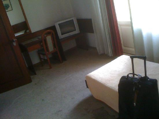 Hotel Riviera: Room and dirty floor