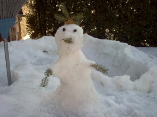 Espanola, Kanada: The snowman Ella and I made, we spent a lot of time outside playing in our snow fort. :)