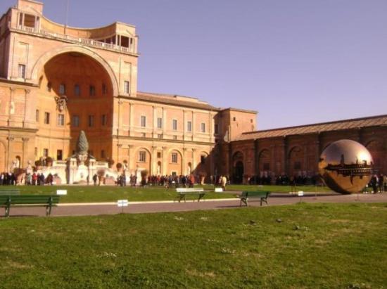 Vatican Guided Tours: Antes de entrar a la ciudad del Vaticano, por donde está la capilla sixtina y despúes que pasamo
