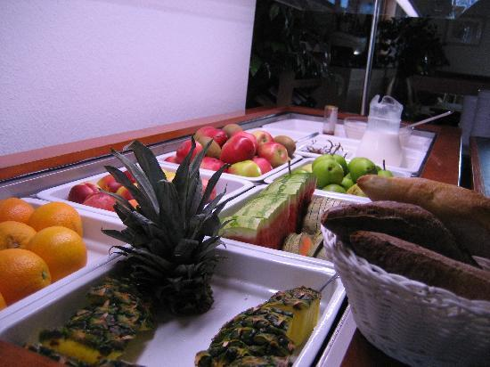 Snogebak Hotelpension: Fresh fruit was part of the superb breakfast buffet.