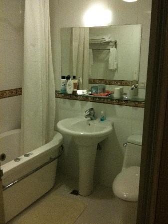 ซิน สี โฮเต็ล: Bathroom