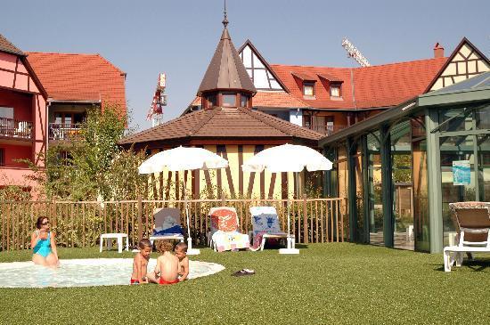 Pierre & Vacances Residence Le Clos d'Eguisheim: Vista della piscina esterna e coperta
