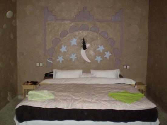 Merzouga, Marokko: en esta cama comodísima , dormí yo solíto.