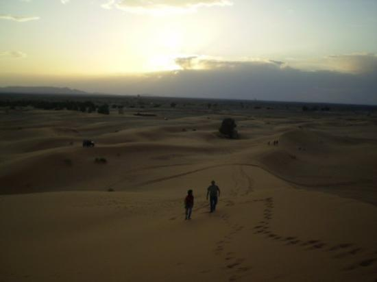 Merzouga, Marokko: La subida es dura, Antonio se queda atrás con un berebere, yo continuo hasta arriba con otro ber