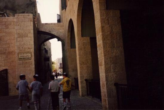 Jaffa Old City: una calle de yafoo Tika - es un lugar muy...bohemio, hay muchas galerias de arte y Mariumana tie