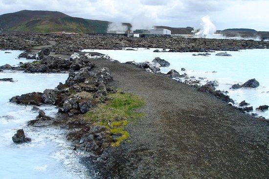 Keflavik, Islandia: if it were colder you would see steam rising from all of this blue water