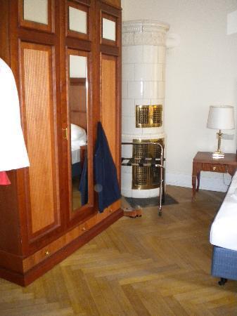 Hotel Alsterblick : Blick auf eine schönen alten Kachelofen. Leider nicht mehr in Funktion und das Parkett benötigt