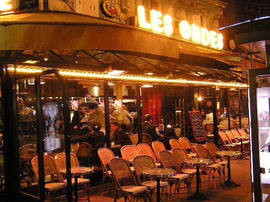 Hotel Auteuil Tour Eiffel: The corner cafe 200 metres away