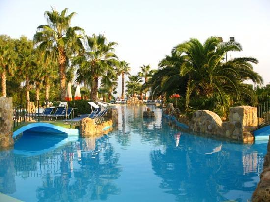 Hotel Club Plaia d'Himera : garden and pool