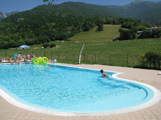 Hotel Colomber: piscina e prato