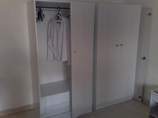 Dragonara Apartments: Broken Wardrobe!