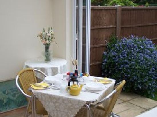 Racing Sea Horses Bed & Breakfast: Breakfast room opening onto garden