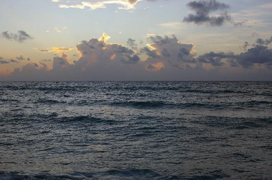 Sea Turtle Resort: Sunrise on the beach