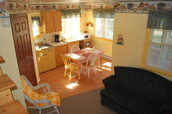 Bocabec Country Garden Cottages: Kitchen and sitting area