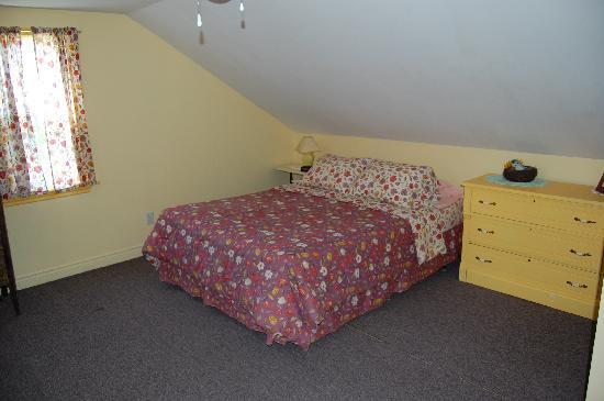 Bocabec Country Garden Cottages: Upstairs bedroom - 1 double bed