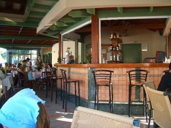Hotel Stefan Village : poolside bar / restaurant