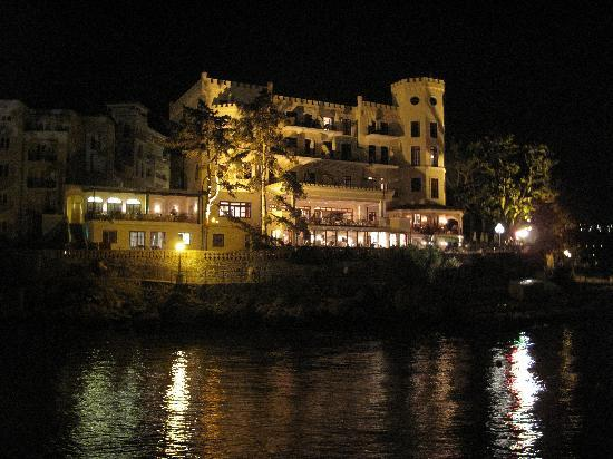 Hotel Miramar: Hotel from the Lungomare at night