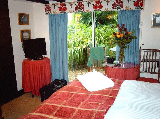 Winchelsea, UK: Inglenook Room looking at patio door