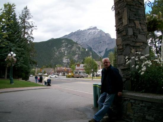 Banff Park Lodge Resort and Conference Centre: outside the hotel in Banff