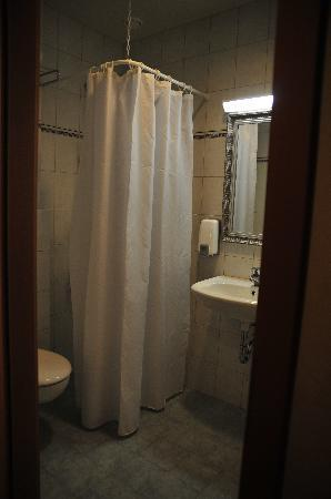 Hotel Smari: bathroom