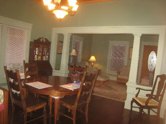 Rose Dale Farm Bed and Breakfast : Dining room/living room