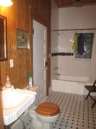 Rose Dale Farm Bed and Breakfast: Big bathroom