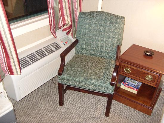 Econo Lodge Inn & Suites: A/C & Chair