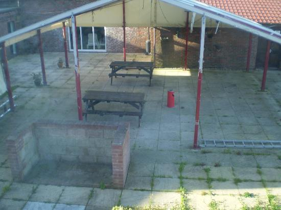 High Post, UK: Ugly Patio/Shower viewing area