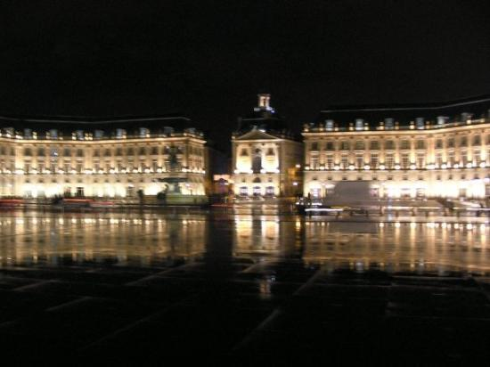 Place de la bourse at night with the mirror pool for Mirror pool bordeaux