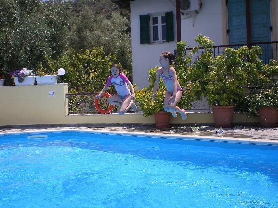 Geni, Grecia: Lovely Pool, not busy