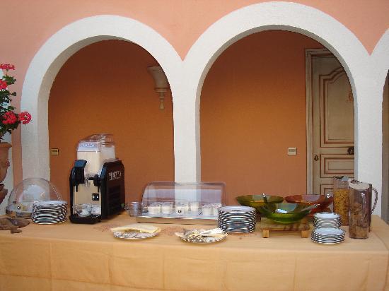 Hotel Imperial Garoupe : Petit déjeuner buffet, frugal...