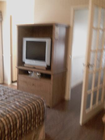 Quality Inn: TV cabinet and door to kids' room